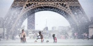 Keeping cool as Paris sees its hottest temperatures in six decades. Photo: Etienne Laurent / EPA