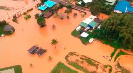 Floodwaters on the Hawaiian island of Kauai turned orange, a sign of the high iron content in the volcanic soil. Photo: Brandon Verdura, Associated Press