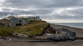 An eroding bluff that contains Inupiaq archaeological artifacts in Utqiaġvik, Alaska. The land here has receded many meters over the past few decades. Photo: Ash Adams, Gizmodo